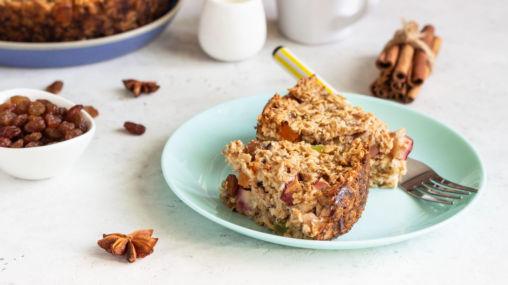 Haferflocken-Kuchen mit Äpfeln vom Blech auf türkisem Teller mit Gabel
