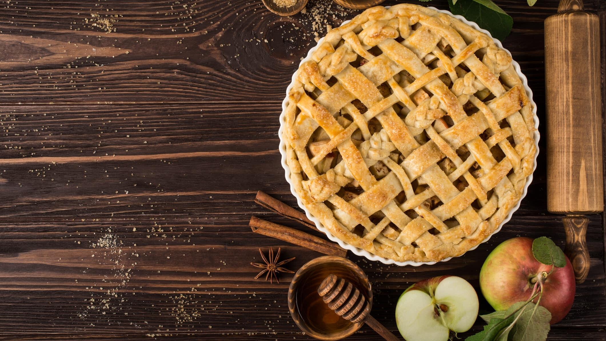 Apple Pie nach amerikanischem Rezept auf Holzuntergrund von oben