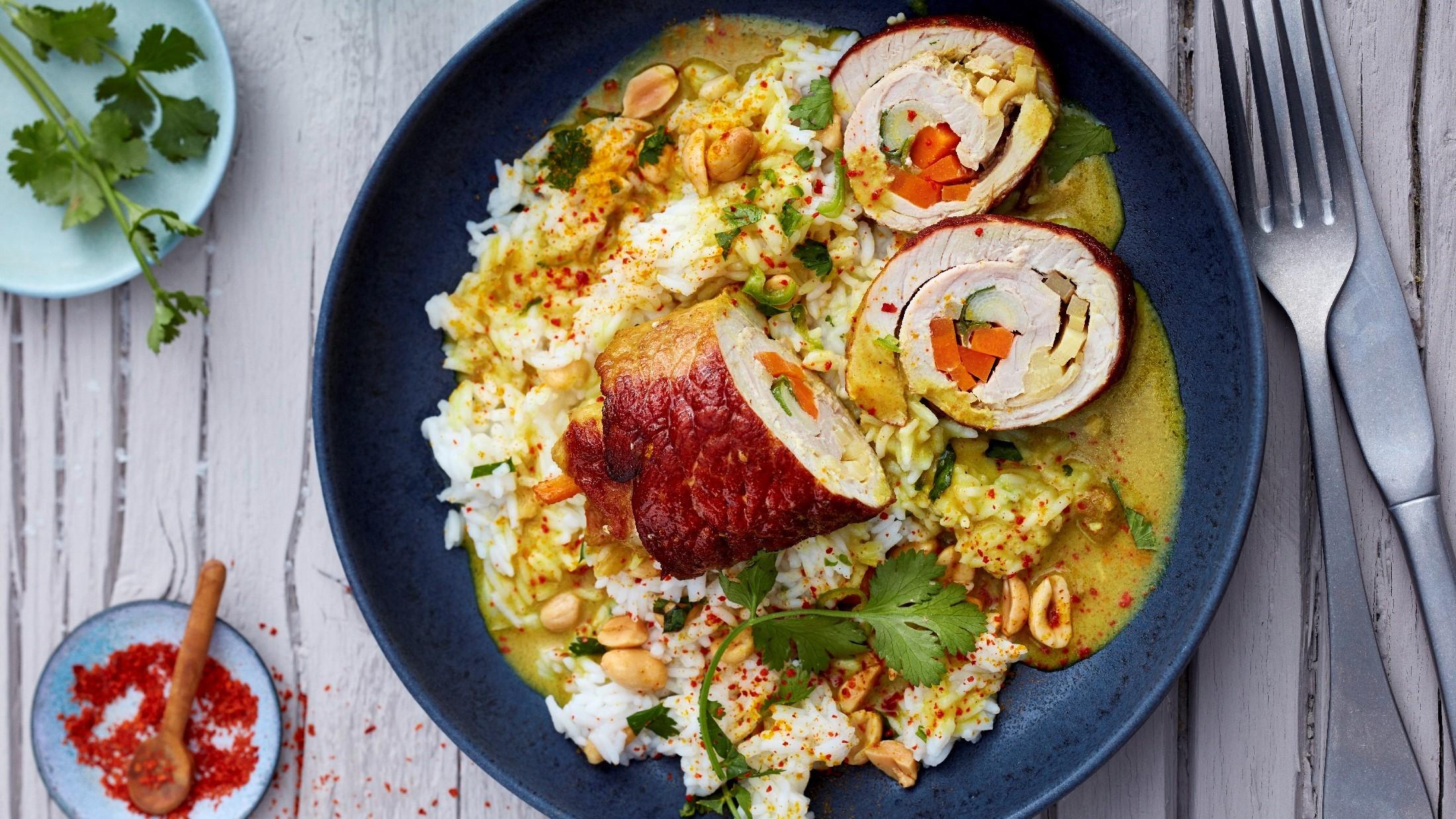 Rouladen mit Reis, Soße und Gemüse.