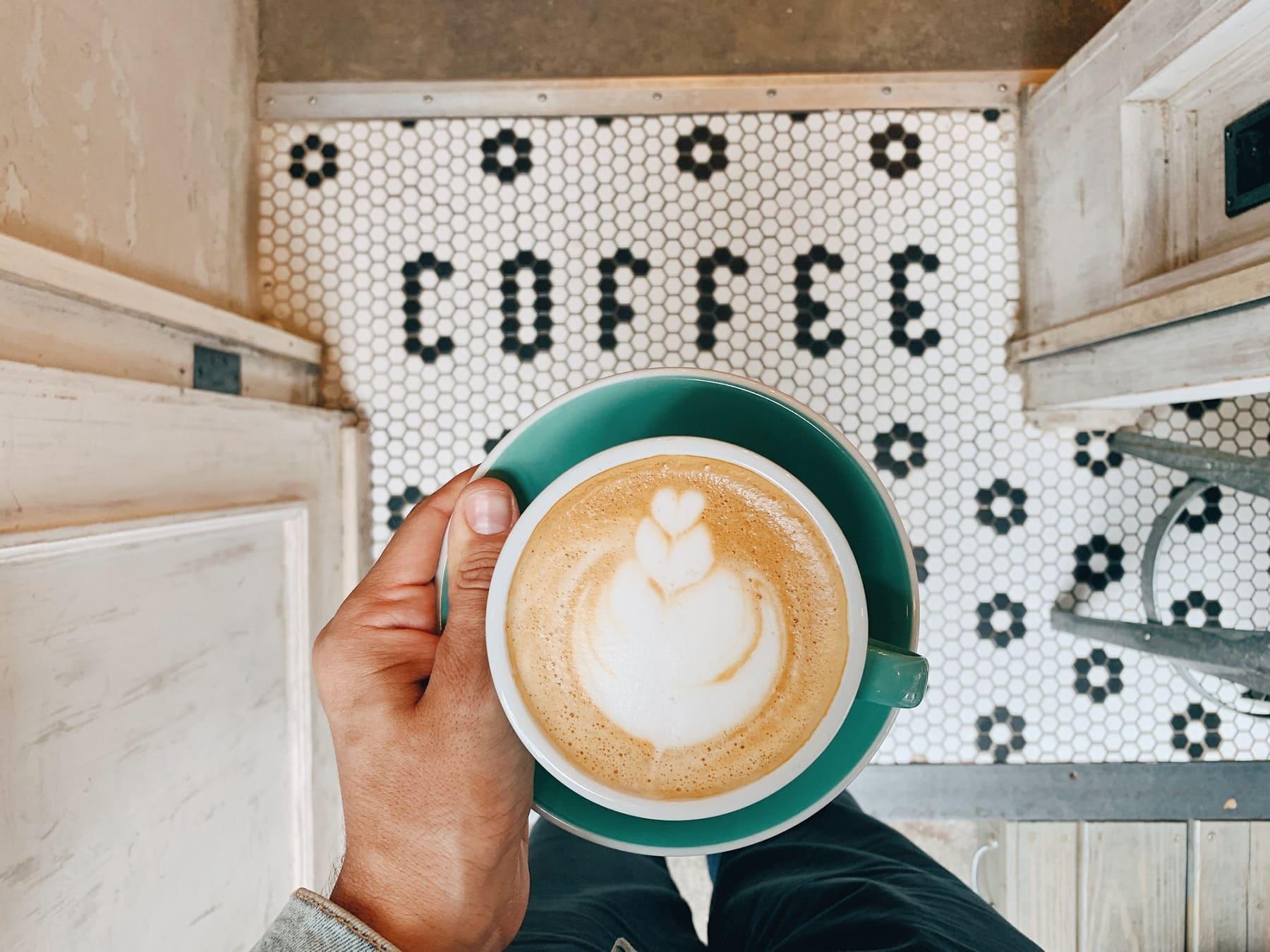 Kaffeetrends 2021: Ein Mann hält eine Kaffeetasse