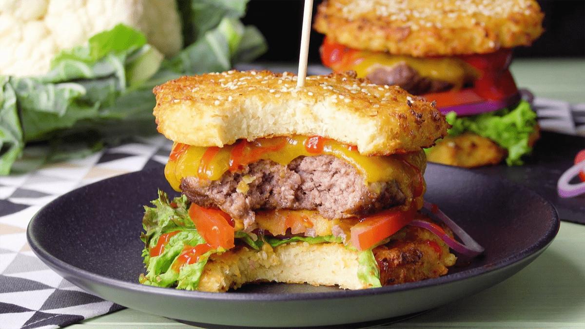 Leckere Burger mit Blumenkohl-Bun