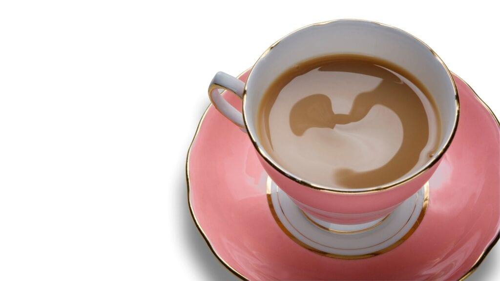 Eine traditionell englische Tasse Schwarztee mit Milch.