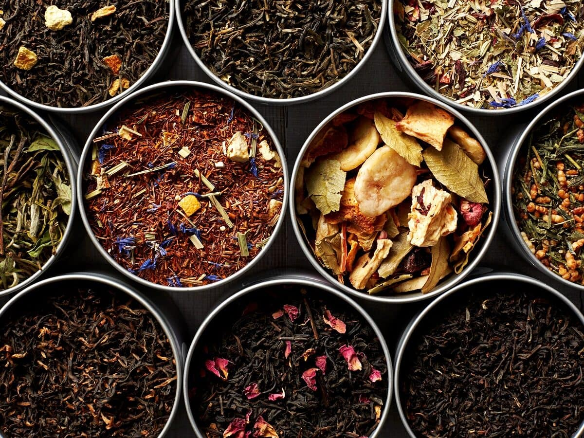 Viele verschiedene Teesorten als lose Blätter in offenen Behältern von Oben.