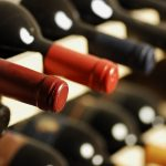 Weinflaschen verschiedener Sorten in einem Weinregal.