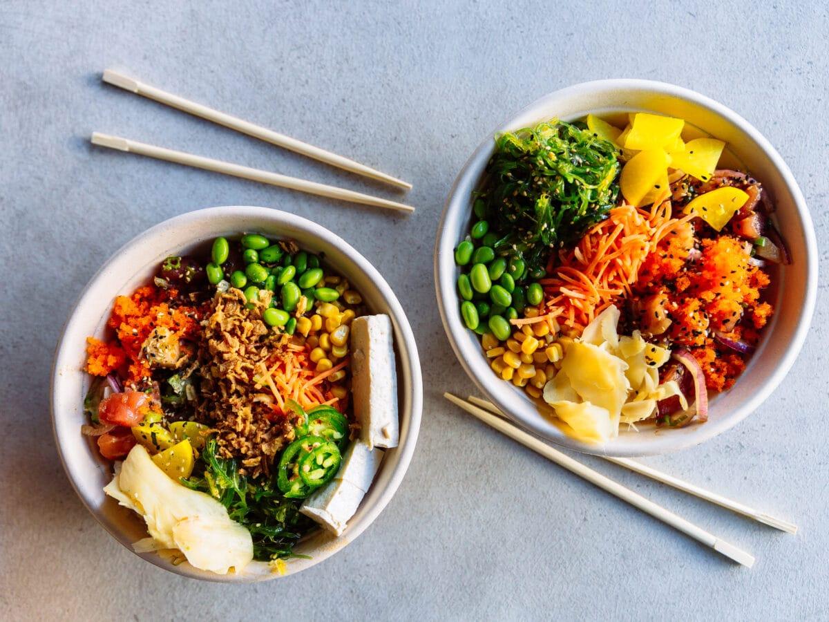 Aitme-Kochroboter: Zwei Bowls mit reichlich Gemüse in der Draufsicht, daneben vier Essstäbchen.