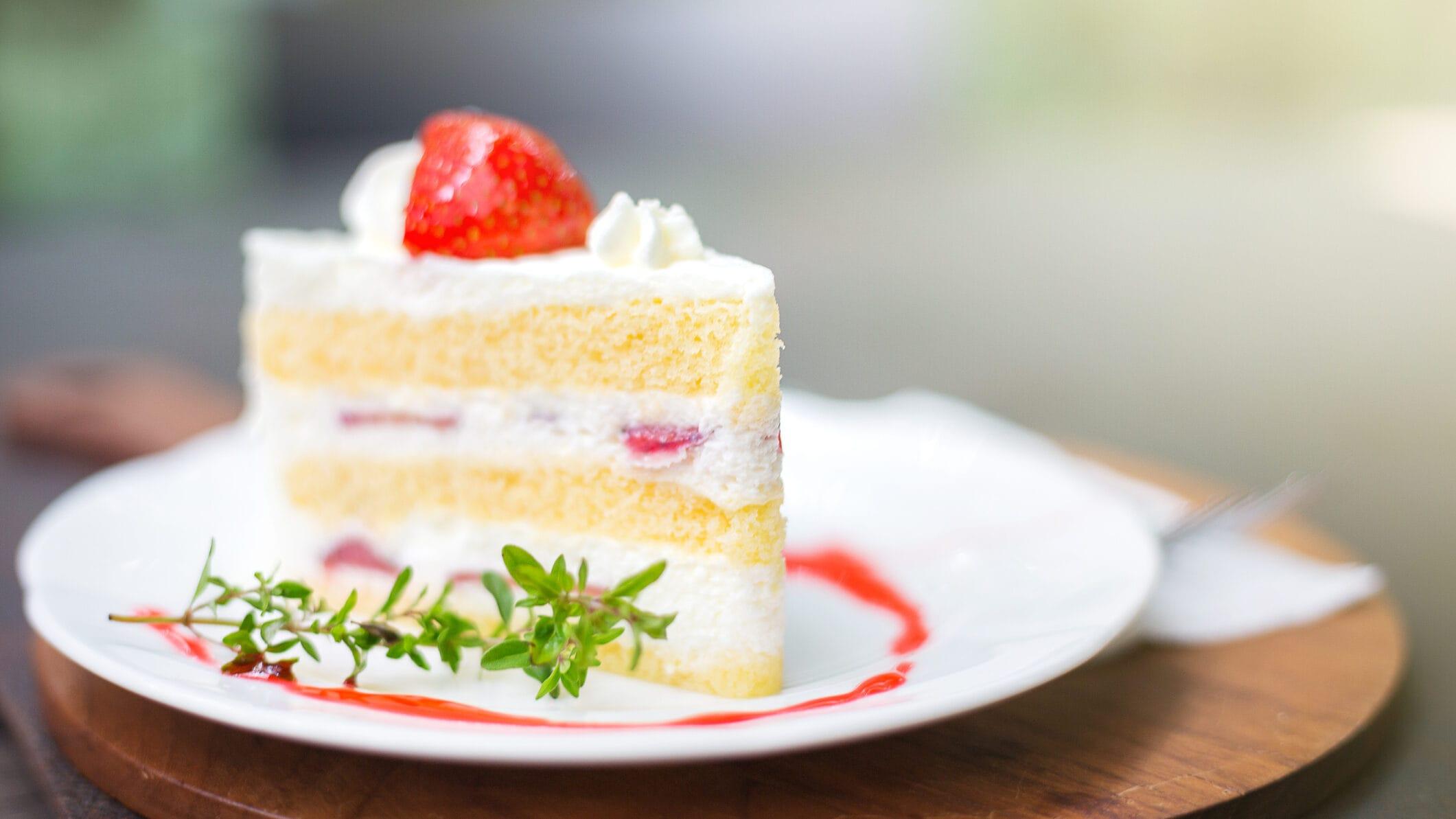 Ein Stück Erdbeertorte mit weißer Schokolade auf einem Teller