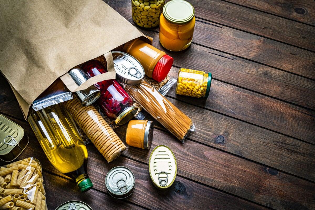 Wie kommt Mineralöl in unser Essen? Analysierende Papiertüte