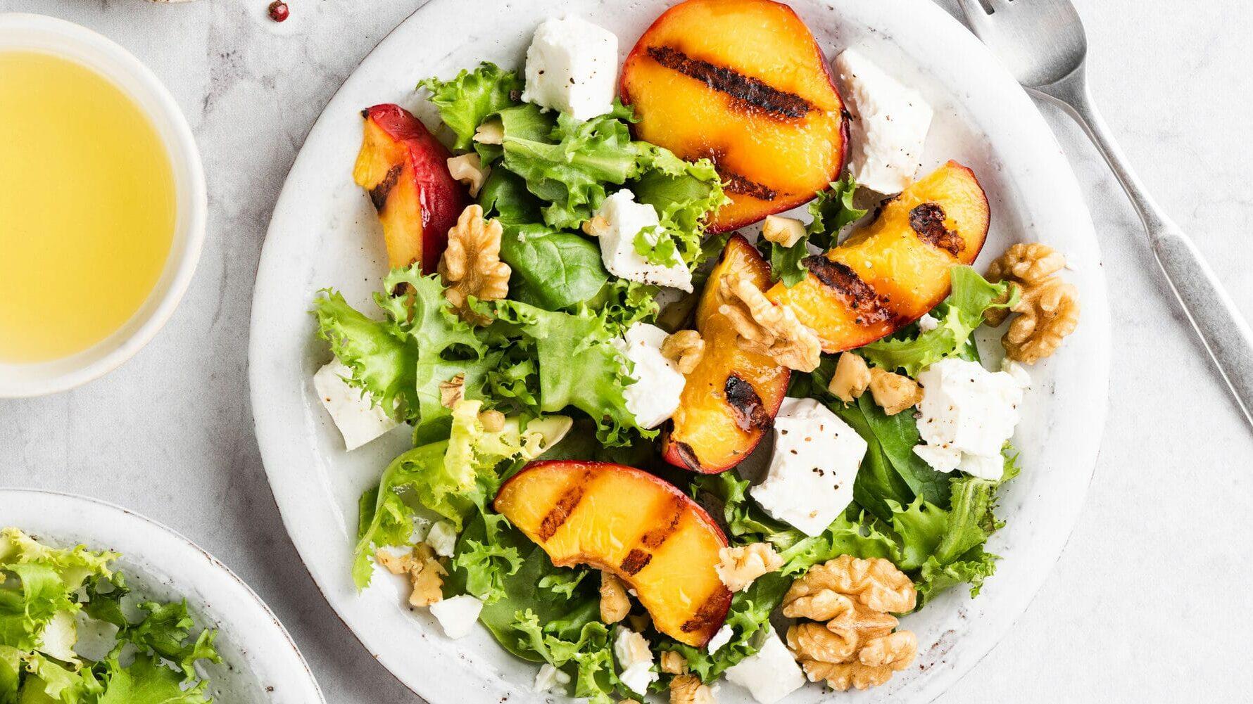 Sommersalat mit gegrilltem Pfirsich und Feta