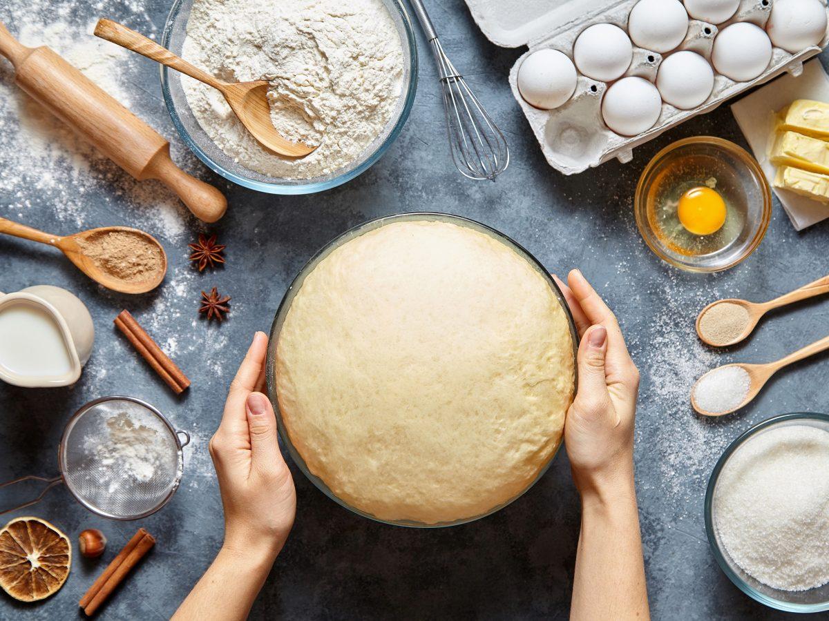 Fehler beim Kuchenbacken: Arbeitsfläche dekoriert mit verschiedenen Backzutaten.